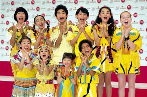 「パプリカ」を歌うFoorin。英語ネイティブの子供たちで結成された「Foorin team E」も初お披露目