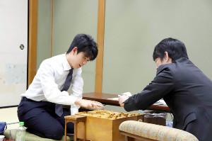久保利明九段(右)を破った藤井聡太七段