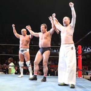 6人タッグマッチを制し声援に応える(左から)秋山準、藤波辰爾、越中詩郎(カメラ・関口 俊明)