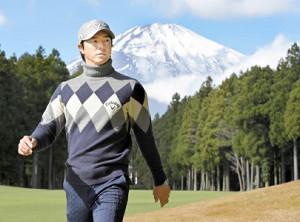 6番でティーショットを左に曲げ、富士山を背に林の中に向かう石川遼