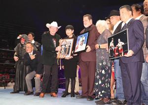 ザ・デストロイヤーさんの追悼試合に集まった関係者。(左から)ザ・グレート・カブキ、小橋建太、せんだみつお、ドリー・ファンクジュニアPWF会長、和田アキ子、ザ・デストロイヤー氏の息子のカート・ベイヤー氏、ウィルマ夫人、スタン・ハンセン、徳光和夫アナ(カメラ・関口 俊明)