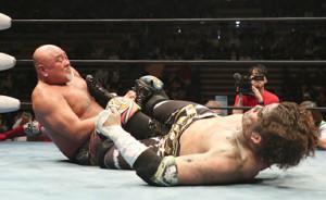 KAIに足の字固めを決める武藤敬司(左)