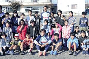 小学生と記念撮影する磐田FW大久保(1列目中央)とMF山田(3列目中央)