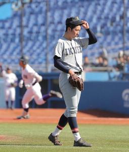 4回2死一塁、天理・瀬千皓(左)に先制の2ランを許す仙台育英・向坂優太郎