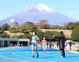 富士山をバックに4区トップでゴールした山梨学院・中嶋(手前)