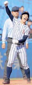 7回1死一、二塁、勝ち越しの適時三塁打を放ちガッツポーズする白樺学園・宮浦(カメラ・中島 傑)