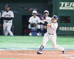5回2死二塁、丸佳浩が右翼へ適時二塁打を放つ(カメラ・矢口 亨)
