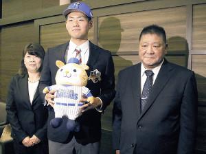 DeNAとの仮契約を済ませ、両親と記念撮影に応じる青森大・蝦名(中)(左は母・秋子さん、右は父・義行さん)