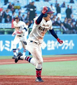 5回2死満塁、勝ち越しの2点右前適時打を放った金沢学院大・石見(カメラ・越川 亘)