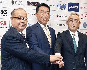 記者会見後に握手する(左から)新田八朗後援会長、田畑監督、永森茂社長