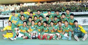 スタンドの応援団と一緒に写真に収まる静岡学園イレブン