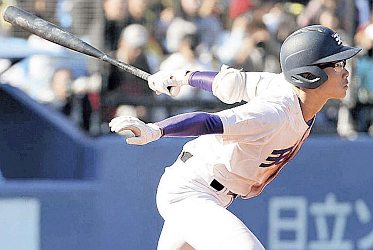 7回2死満塁、勝ち越しの適時三塁打を放つ天理・瀬