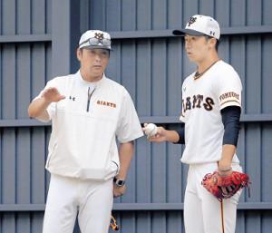 ブルペンで直江(右)に話をする元木ヘッドコーチ(カメラ・泉 貫太)
