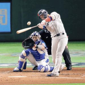 3回無死、坂本勇が二塁打を放つ