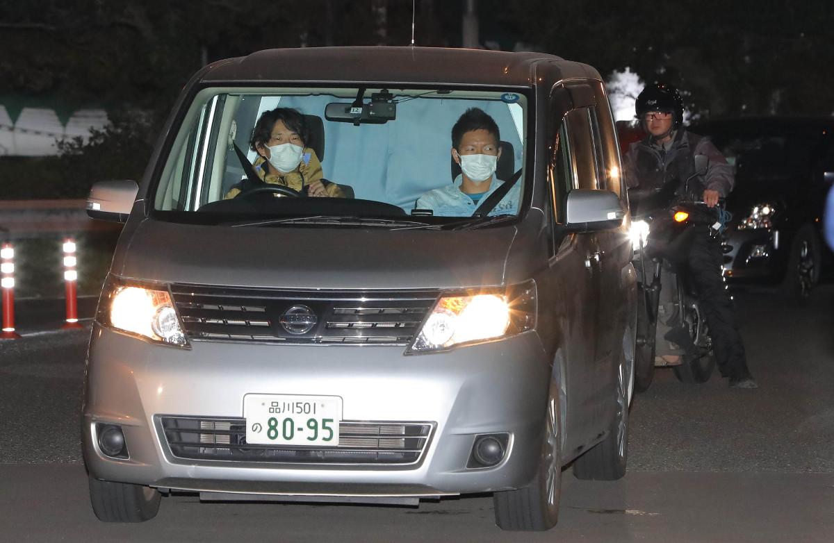 勾留先の湾岸署に到着した逮捕された沢尻エリカ容疑者を乗せた車(カメラ・竜田 卓)