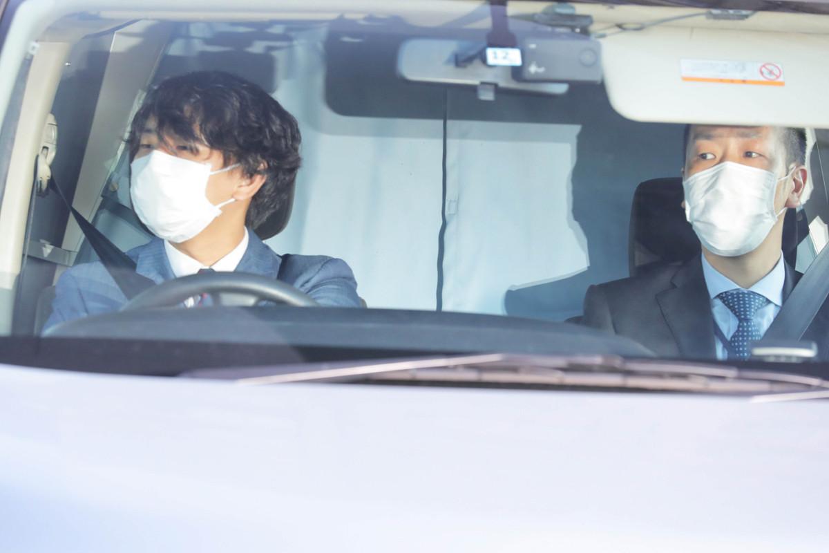 沢尻エリカ容疑者を乗せたと思われるワゴン車はカーテンが引かれ車内をうかがうことは出来なかった