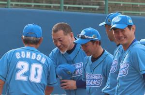 事件後、初めてユニホーム姿を披露した清原氏(左から2人目)
