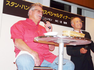 渋谷でトークショーを行ったスタン・ハンセン氏。右は司会の流智美氏