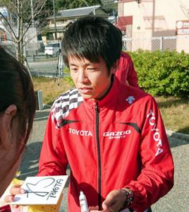 トヨタ自動車の藤本は中部・北陸実業団駅伝1区で区間賞→即練習→ファンにサインと忙しい一日を過ごした