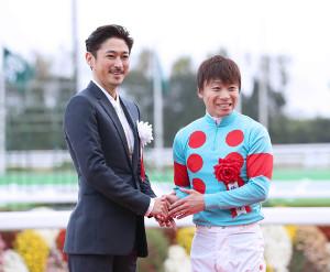 優勝した池添騎手(右)と握手するゲストプレゼンターの窪塚洋介