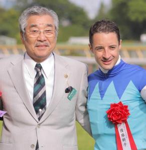 近藤利一氏(左)とルメール騎手(2017年5月14日、東京競馬場)