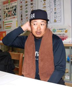 大分・湯布院の温泉施設で肩からタオルを下げた姿で取材に応じた松山