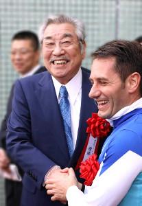 近藤利一氏(左)とM.デムーロ騎手(2018年12月16日、阪神競馬場)