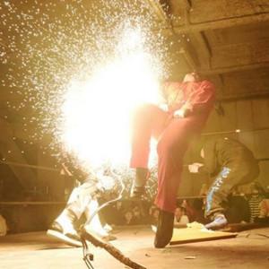 納谷幸男(中央)に電流爆破バットを見舞う大仁田厚(左)