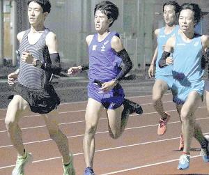チームメートと練習に励む渡辺(左から2人目)