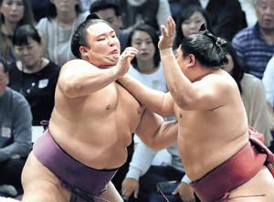 朝乃山(左)は阿炎を押し出して年間50勝一番乗りとなった