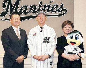 ロッテと契約合意した高部(中)は父・孝司さん(左)、母・忍さんと笑顔を見せた