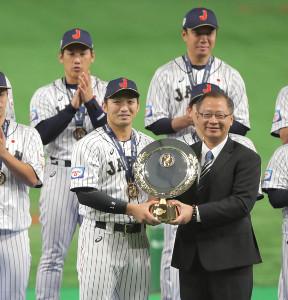 MVPの鈴木誠也(カメラ・宮崎 亮太)