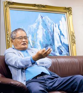 ユーモアを交えて語った亀井静香元衆院議員。背後に飾られているのは議員時代から趣味にしていた自作の油絵(カメラ・橘田 あかり)