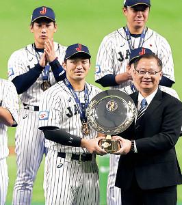 大会MVPに選ばれた鈴木(左)