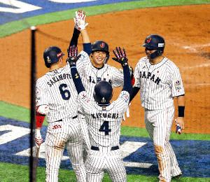 2回2死一、二塁、3ランを放ち生還した山田哲(中央)