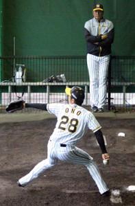 小野(手前)の投球練習を見つめる山本昌臨時コーチ