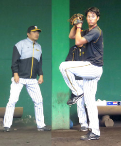山本昌臨時コーチ(左)の前で投球する藤浪