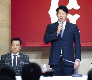 記者会見でメジャー挑戦を表明した山口(左は原監督=カメラ・矢口 亨)