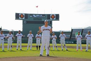 野手キャプテンを務めた岡本和真(中央)が一本締めし、秋季キャンプを打ち上げた
