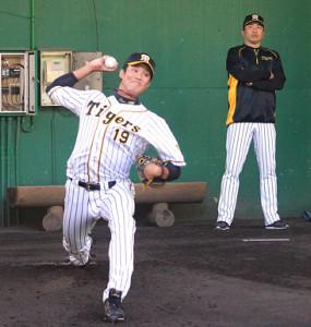 阪神・藤波(左)は山本昌臨時コーチが見守る中、キャンプ最終日もブルペンで本格的に投げ込んだ