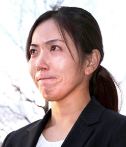 報道陣を前に涙ながらに謝罪会見を行った笠りつ子(カメラ・豊田 秀一)