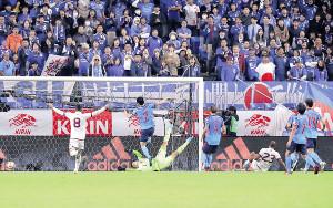 前半30分、ロンドン〈23〉に2点目のゴールを決められる(カメラ・宮崎 亮太)