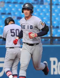 1回無死、左翼席ソロ本塁打を放った慶大・中村健人