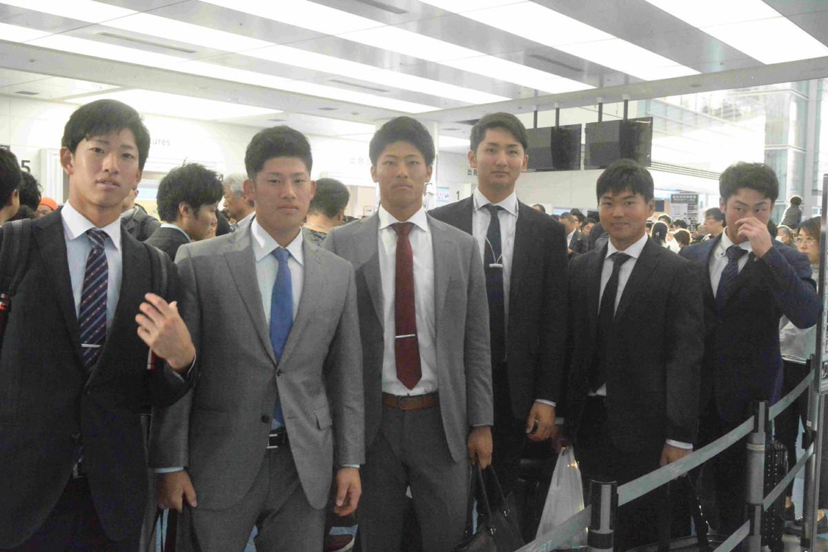 台湾ウィンターリーグへ出発した選手たち(左から黒田、増田陸、田中優、横川、山下航、加藤)