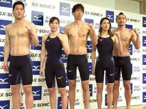 ミズノの新水着発表会に出席した(左から)小堀、青木玲、渡辺、大橋、塩浦