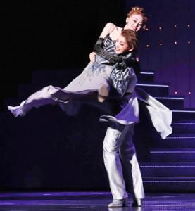 フィナーレのデュエットダンスでスピンを披露する礼真琴(右)と舞空瞳