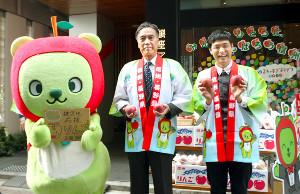 災害義援金を呼び掛けた阿部守一・長野県知事(左)ともう中学生