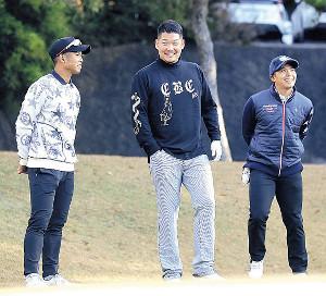 納会ゴルフで桑原(左)、東(右)と談笑する筒香