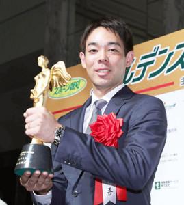 記念のトロフィーを掲げる西武・秋山翔吾