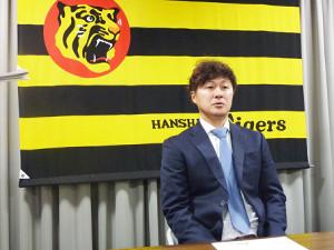 契約更改交渉に臨み800万円減の3200万円でサインした阪神・俊介(カメラ・嶋田直人)